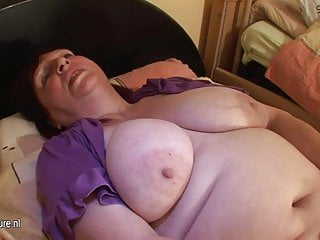 Chubby mature slut mom playing with her old pussy