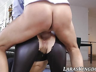 MILF explores the pleasures of getting her cunt pounded fast