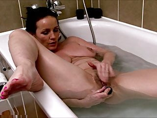 mature Marlyn masturbates in the bath