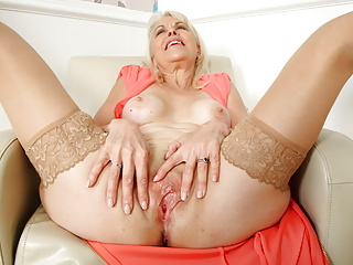 British mature Lady Sextasy dildos her old fanny