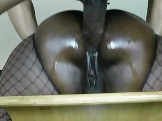40YO MATURE EBONY HAS DEEP ANAL SEX